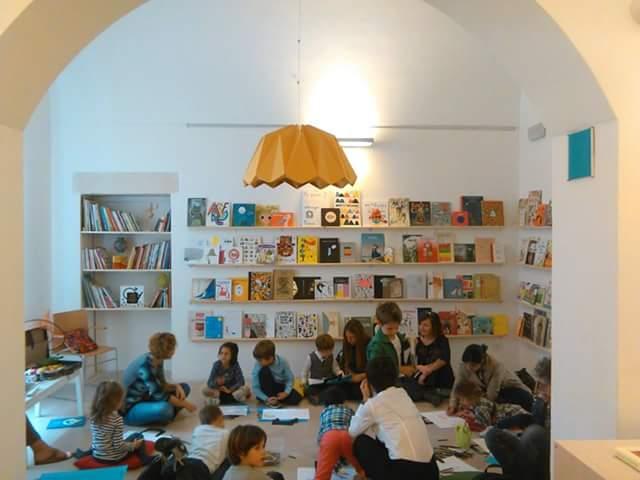 Scaffale Libri Per Bambini : Montessori come organizzare i libri per bambini mamma felice